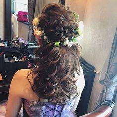 . . もふもふプードルでお色直し♪ . このスタイリングを参考にする花嫁様が多いそうです . . このスタイリング、前から見るとアップに見えるのです。 . 前にはダウンの部分を出さないのです♪ ...