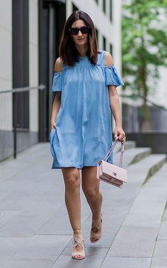 vestido_azul_volante_complementos_nude_1a