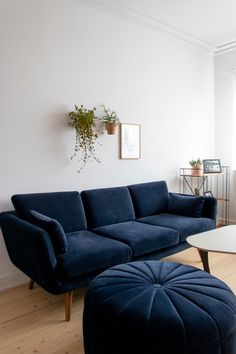Nordic minimalism and green plants on the walls. We love this beautiful living room that Christina has created. Backyard Fireplace, Diy Fireplace, Cozy Room, Beautiful Living Rooms, Diy Home Crafts, Green Plants, Ikea, Couch, Wall