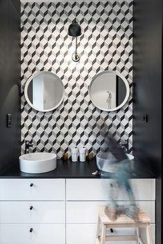 Une salle de bains moderne black & white avec des carreaux de ciment aux motifs graphiques. Plus de photos sur Côté Maison http://petitlien.fr/83en