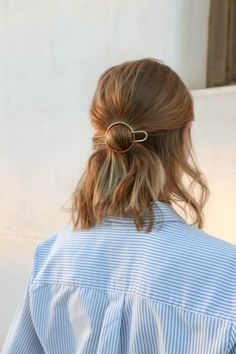 Makeup & Hair Ideas: pretty little gold hair pin. the perfect minimal accessory curated by ajaedm Messy Hairstyles, Pretty Hairstyles, Hairstyles 2018, Short Pixie Haircuts, Hair Day, Hair Looks, Her Hair, Hair Inspiration, Short Hair Styles