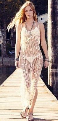 Ao estilo dos vestidos de crochê longos, a aposta foi pela saída de praia de comprimento também longo. Pulseiras e colares deixam o look boho.