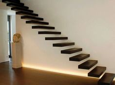 Puristisch und elegant – bei Kragarmtreppen ragen die Stufen ohne sichtbare Befestigung aus der Wand. Die mit Holz verkleideten Stufen werden dabei mit Schwerlastankern an der Wand befestigt. Der Einbau ist auch nachträglich möglich. Voraussetzung ist eine stabile Wand aus Beton oder festem Mauerwerk.