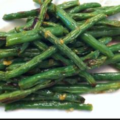 Broiled Green Beans recipe: Garlic green beans, with a nice char Simple Wedding Menu, Garlic Green Beans, Green Bean Recipes, Veggie Side Dishes, Getting Hungry, Side Recipes, Food And Drink, Veggies, Healthy Eating