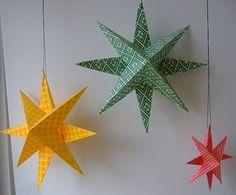 Estrelas de papel são muito fáceis de serem feitas. Quer conferir? Aprenda rapidinho com mais um passo a passo. Você vai precisar de: Lápis Tesoura Cartolina colorida Cola branca escolar Modo de fa...