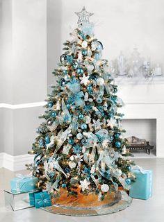 Azul Tiffany e tons mais escuros foram combinados com ornamentos em branco e prata nesta árvore de Natal.