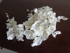 Arranjo floral em cascata - para topo de bolo ou decoração floral. Composto de: rosas, dálias, magnólias, orquídea, flores miúdas, botões e folhas. Pode ser feito em outras cores, sob consulta.