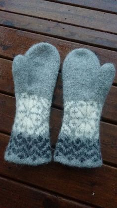 Ravelry: Jääkukkaset pattern by Elina Hänninen - free knitting pattern Fingerless Mittens, Knit Mittens, Knitting Socks, Free Knitting, Knitted Hats, Knitting Patterns, Crochet Wool, Crochet Gloves, Knitting For Kids