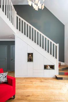 Placard sous-escalier blanc avec niches bleu vert Staircase Storage, Staircase Makeover, Stair Storage, Staircase Design, Space Under Stairs, Under Stairs Cupboard, Lcd Wall Design, Flur Design, Hallway Designs