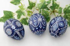 blaue Ostereier in Wachstechnik, sorbische Muster Egg Shell Art, Easter Egg Pattern, Ukrainian Easter Eggs, Egg Art, Egg Decorating, Diy Crafts Videos, Stone Painting, Spring Flowers, Crafty