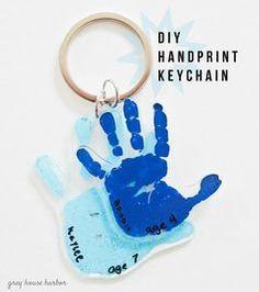 赤ちゃんの小さな手足を使って、可愛いキーホルダーを手作りしませんか?スタンプのようにペタンとするだけで残せる手形は、どんどん成長していく赤ちゃんの記録を残すために有効です。プラ板にペタンと手のひらをスタンプして、小さな手形のキーホルダーを作りましょう♪熱すると縮むプラ板は、小さな手形がさらに小さくなるので、キーホルダーサイズに最適なんですよ。プラ板キーホルダーのDIYアイデアをご紹介します! この記事の目次 赤ちゃんの小さな手足を残そう キーホルダーを作ってみよう 小さな手のひらがさらに小さくなる! プラ板に手のひらをペタン! 輪郭線を取るだけでもOK 足の裏も作れるよ 赤ちゃんの小さな手足を残そう 赤ちゃんの小さな手足は、大人のものとは比べ物にならないくらいに繊細で柔らかく、いつまでも守ってあげたくなりますよね。 どんどん大きくなる赤ちゃんの成長を記録するために、赤ちゃんの手足をかたどった雑貨を手作りしてみませんか?キーホルダーを作ってみよう 赤ちゃんの手をスタンプした、手形のキーホルダーを作りしましょう。…