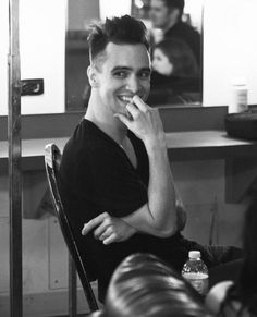 OH MY GOD BRENDON URIE IS SO FINE