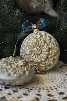 she used flattened ornament shape Christmas Decoupage, Christmas Crafts To Make, Handmade Christmas Tree, Personalized Christmas Ornaments, Victorian Christmas, Handmade Ornaments, Christmas Projects, Vintage Christmas, Hobby Lobby Christmas Ornaments