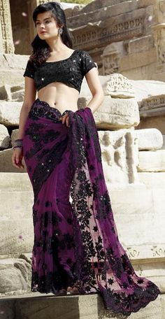 Famous Designers Tend To Give Reign To Their Imagination And Create Clothes That Look Interesting And Guided By The Desire To Attract Attention. Be Your Own Style Diva With This Black & Eggplant Net Saree. This Lovely Attire Is Looking Extra Beautiful Wit Indian Dresses, Indian Outfits, Beautiful Gowns, Beautiful Outfits, Black Blouse Designs, Drape Sarees, Black Saree, B 13, Net Saree
