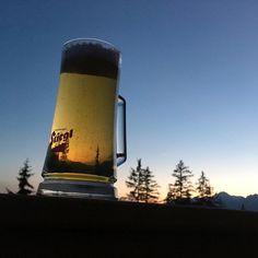 Jetzt wird es eine Zeit lang wieder früher finster 🤦🏼♀️ Jedoch ein guter Grund, umso früher ein Feierabend-Bier zu genießen. 😍🍻 #Prost auf das Leben #stiegl #stieglbier #stieglview #whataview #privatbrauerei #bier #abendstimmung #feierabend #feierabendbier #afterwork Mugs, Glasses, Tableware, Circle Of Friends, Beer, Life, Eyewear, Eyeglasses, Dinnerware