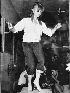 Beatnik Girl Dancing on the Table, - Cool Kids of History Teddy Boys, Teddy Girl, Beat Generation, Hipsters, Beatnik Style, Beatnik Fashion, Hippie Movement, Grunge, E Book