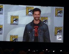 Brett Dalton is wearing a Hydra shirt. boo! #agentsofshield #marvelsdcc #comiccon