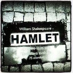 Teatterin lumoa 2017: Kulmia Shakespeareen: Johnny Rotten on kyttyräselkäinen kunkku. Prinsessa Hamlet. Benedict Cumberbatchin Hamlet. Homer Simpsonin Macbeth