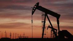 النفط يرتفع 1% مع توقع أوبك مزيدا من الالتزام بالتخفيضات - ارتفعت عقود النفط الآجلة بعد أن أظهرت بيانات أن صناديق التحوط راهنت بمبالغ قياسية على خامي بحر الشمال والأمريكي إذ قادت تخفيضات الإنتاج في أوبك لتقليص المعروض. وارتفعت العقود الآجلة لخام القياس العالمي مزيج برنت 50 سنتا إلى 56.58 دولار للبرميل. وزاد خام غرب تكساس الوسيط الأمريكي 50 سنتا إلى 53.90 دولار للبرميل بعدما زاد نحو 0.5 بالمئة في جلسة قصيرة أمس الاثنين بمناسبة عطلة عامة في الولايات المتحدة. ويحتفظ المستثمرون الآن بعقود الخام…