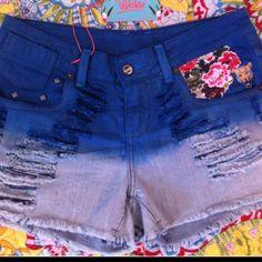 Shorts jeans, degradé, com aplique floral