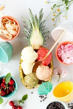 fill an emptied out pineapple with sorbet, I would do that with ananas + vodka! Think Food, Love Food, Gelato, Pineapple Boats, Pineapple Sorbet, Fruit Sorbet, Summer Desserts, Summer Recipes, Frozen Treats