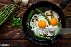 Foto de stock : Fried Eggs With Asparagus Asparagus And Mushrooms, Stuffed Mushrooms, Fried Eggs, Griddle Pan, Breakfast, Ethnic Recipes, Food, Healthy Food, Stuff Mushrooms