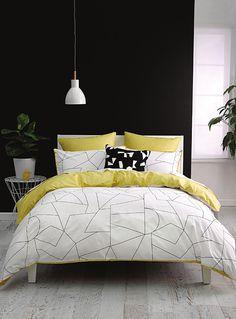 Linen House chez Simons Maison.  Un motif géométrique épuré pour donner une ambiance minimaliste et moderne à votre décor. Revers imprimé coordonné jaune accent. Élégante finition passepoilée.  Cache-oreiller carré européen également disponible.      L'ensemble comprend :   Jumeau : 1 housse 66x90 pouces, 1 cache-oreiller 20x26 pouces  Double : 1 housse 84x90 pouces, 2 cache-oreillers 20x26 pouces  Grand format : 1 housse 90x95 pouces, 2 cache-oreillers 20x29 pouces  Très grand format : 1…