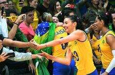 Jogadoras da seleção feminina de vôlei atendem torcedores após jogo contra o Japão