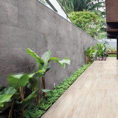 Ambiente externo com piso Taiga Natural e parede com Gibraltar Ash, ambos fazem…