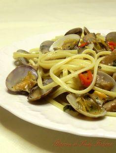 Italian Food - Linguine con vongole veraci e funghi