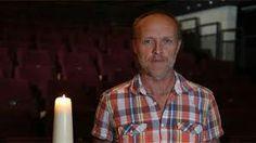 Ode aan de doden     Stef Bos steekt een kaars aan voor zijn moeder.  28 okt 2014