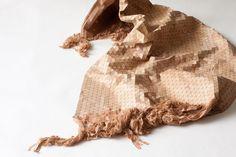 Elisa Strozyk flexibiliza la madera hasta convertirla en un textil