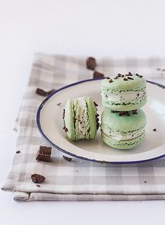 Mint Chocolate Chip Macarons by raspberri cupcakes