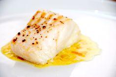 Safransauce er en eksklusiv sovs til fisk, men den er ikke svær at lave selv. Safranen er dyr, men værd at bruge, og her er opskriften på sovs med safran. Dampet fisk med safransauce er ikke kun en… Hoisin Sauce, Fish Sauce, Fish And Seafood, Gravy, Curry, Eggs, Breakfast, Ethnic Recipes, Egg