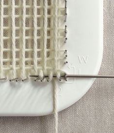 Whit's Knits: Pin Loom Coasters - The Purl Bee - Knitting Crochet Sewing Embroidery Crafts Patterns and Ideas! Pin Weaving, Loom Weaving, Basket Weaving, Loom Knitting Projects, Weaving Projects, Knitting Room, Weaving Textiles, Tapestry Weaving, Loom Patterns