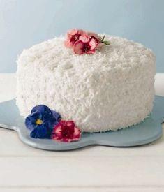 Ecco una ricetta golosa e buonissima per preparare la torta al cocco, un dolce perfetto da gustare a colazione o a merenda, è buonissima e perfetta anche da usare come torta di compleanno, provatela anche voi!