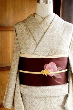 生成り色の糸に、深い紅色がかった葡萄色と、紺、クリーム色の糸が織りまぜられ、風合い豊かな麻の葉模様が織り出された紬風のウールの単着物です。
