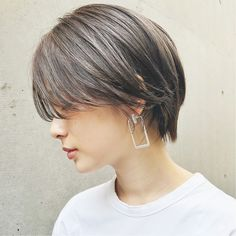 Short Bob with a Signature Curl - 30 Short Straight Hairstyles and Haircuts for Stylish Girls - The Trending Hairstyle Short Grey Hair, Short Straight Hair, Girl Short Hair, Short Hair Cuts, Choppy Bob Hairstyles, Pretty Hairstyles, Straight Hairstyles, Cut My Hair, Love Hair