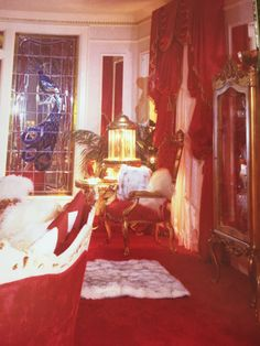 Graceland 1977. Graceland Living room 1977. This is the red decor Elvis & Linda Thompson remodeled Graceland with when Linda moved in with Elvis after his divorce. It remained this way until his death. Priscilla redecorated it in the white, blue & gold color scheme it was when she & Elvis were married before opening it to the public.
