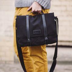 Lion Tasche wurde aus Baumwollgewebe, schwarz Naturleder und Baumwolle-Gurt verwendet, um verstellbare Schlaufe. Auf der Vorder- und Rückseite