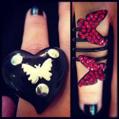 Anillo Mariposa 9,59 € 11,99 € (reducción de 20 %) ¡precio rebajado! Llena tus dedos de mariposas con nuestro anillo en espiral con strass de colores. Talla única: 17 (18,14mm)