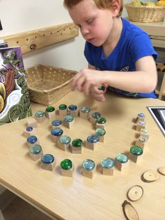 Lovely example of a child exploring the positioning schema emilia Purposeful Preschool - Ideas and Reflections from a Project Based Preschool Montessori Activities, Learning Activities, Preschool Activities, Reggio Emilia Classroom, Reggio Inspired Classrooms, Play Based Learning, Early Learning, Finger Gym, Funky Fingers