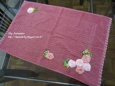 LOY HANDCRAFTS, TOWELS EMBROYDERED WITH SATIN RIBBON ROSES: Tapete para banheiro bordado com flores de fitas e...