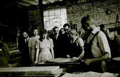 <b>EVITA CON DESCAMISADOS</b>. LA JOVEN EVA PERON VISITANDO EN DICIEMBRE DE 1946 LA FABRICA DE MUEBLES NORDISKA. (Foto: Archivo General de la Nación)