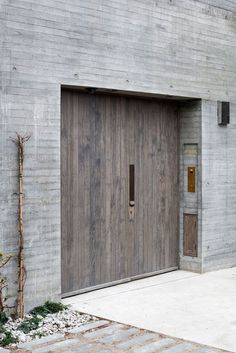 Juergen Teller studio by architects: 'an elemental architecture, connecting nature and artifice' Concrete Facade, Concrete Wood, Board Formed Concrete, Concrete Houses, Houses Architecture, Interior Architecture, Exterior Doors, Interior And Exterior, Interior Design