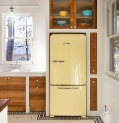 I love you, vintage fridge. I love you, vintage tile work. eclectic kitchen by Davenport Building Solutions Filigranes Design, Deco Design, Layout Design, House Design, Design Ideas, Design Inspiration, Floor Design, Kitchen Inspiration, Chair Design