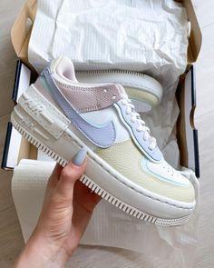 La Air Force 1 Shadow Pastel est disponible sur wethenew.com ➖ 📸 @juliamatyjasek White Sneakers Nike, Air Jordan Sneakers, Sneakers For Sale, White Converse, Cheap Air Force 1, Nike Shoes Air Force, Nike Air Vapormax, Sneaker Outfits Women, Sneakers Women