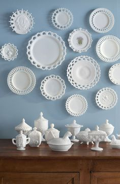Antique Vintage Decor Unlike other tabletop collectibles such as Jadeite and Fiesta, actual milk glass dinnerware was never produced. Instead, the plates you see here were used as serving pieces or home deécor. - Got milk (glass)? Carnival Glass, Deco Baroque, Glass Texture, Deco Design, Design Design, Booth Design, Home And Deco, Antique Glass, Antique Dishes