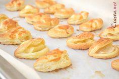 Przepyszne ciasteczka francuskie z jabłkiem. Bardzo szybkie i łatwe do upieczenia. Świetne na co dzień oraz na błyskawiczne przyjęcia. Pretzel Bites, Doughnut, Bread, Desserts, Recipes, Food, Tailgate Desserts, Deserts, Eten
