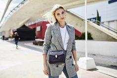 Miriam Giovanelli con bolso de Bulgari